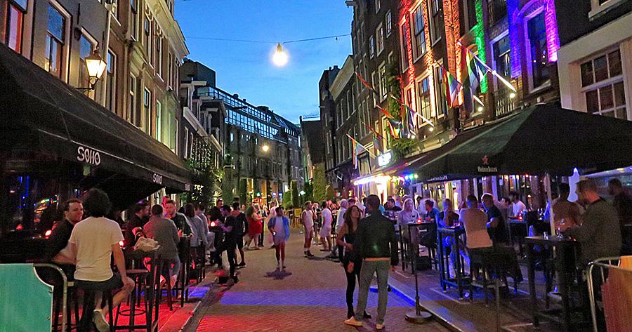 De Amsterdamse Reguliersdwarsstraat in de avond